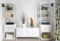 Salón (zona TV) diseñado por Natalia Zubizarreta Interiorismo en la reforma integral de vivienda en Bilbao, Vizcaya. Mobiliario metálico blanco, iluminación y cortinas de Ikea. Complementos decorativos de Ikea y Zara Home.