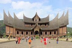 New Pagaruyung Palace - Architecture of Indonesia - Wikipedia Vietnam, Minangkabau, Top Tours, Vernacular Architecture, Mansions Homes, Tour Tickets, Semarang, Culture Travel, Castles