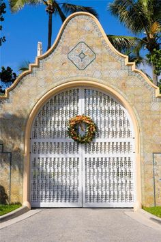 Mar-a-Lago Club (Palm Beach, Florida) Moorish Revival, Byzantine Architecture, Tuscan Style Homes, Places To Rent, Isle Of Palms, West Palm Beach, Florida Keys, Beautiful Buildings, Historic Homes