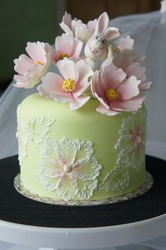 Cake covered in fondant with gumpaste Bunny and Cosmos Beautiful Birthday Cakes, Gorgeous Cakes, Pretty Cakes, Amazing Cakes, Wedding Cake Designs, Wedding Cakes, Cake Decorating Icing, Daisy Cakes, Spring Cake
