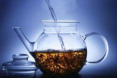 Piccoli trucchi e preziosi consigli per conoscere meglio il tè e le sue molteplici varietà. Francesca Natali, sommelier ed esperta di cultura del tè, spiega quali sono le tecniche di infusione specifiche per ciascun tè, mostra gli oggetti rituali e rivela alcuni segreti che rendono il tè la bevanda più amata al mondo.