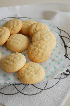Lemon cloud tea cookies / Nuvenzinhas de limão siciliano by Patricia Scarpin, via Flickr