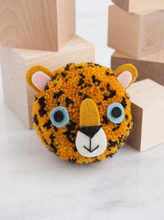 Craft your own mini Amur leopard using this simple tutorial! Diy Crafts For Tweens, Animal Crafts For Kids, Fun Crafts For Kids, Diy Beauty Projects, Craft Projects, Project Ideas, Pom Pom Animals, Amur Leopard, Charlotte