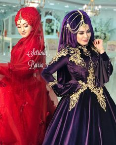 Görüntünün olası içeriği: 2 kişi, ayakta duran insanlar Ems, Victorian, Hijabs, Instagram, Dresses, Fashion, Gowns, Moda, Fashion Styles