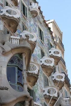 Casa Batlló Barcelona Architecture, Colour Architecture, Beautiful Architecture, Architecture Details, Barcelona Sights, Barcelona City, Unique Buildings, Beautiful Buildings, Hotel W