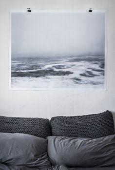 Grey bedroom / Interior * Minimalism by LEUCHTEND GRAU http://www.leuchtend-grau.de/2013/07/grobmaschige-kissen.html