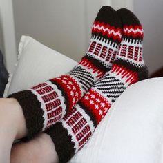 Puna-ruskea-valkoiset Anelmaiset. Sexy Socks, Thick Socks, Crochet Socks Pattern, Knit Crochet, Knitting Socks, Knit Socks, Leg Warmers, Mittens, Cross Stitch