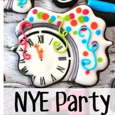 Learn how to make decorated sugar cookies that look like a New Year's Eve party! Fancy Cookies, Iced Cookies, Cute Cookies, Holiday Cookies, Cupcake Cookies, Sugar Cookies, Cupcakes, New Years Cookies, Sugar Cookie Royal Icing
