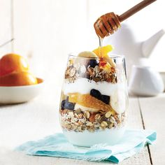 5 – 10 minutes: Yogurt parfait with muesli Brunch Recipes, Gourmet Recipes, Breakfast Recipes, Nutritious Breakfast, Breakfast Ideas, Low Sugar Recipes, Gluten Free Recipes, Toasted Muesli Recipe, Chatelaine Recipes