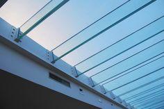 Cristal Vetri Srl supporta il cliente in tutte le fasi, dalla progettazione al montaggio, offrendo competenza tecnica e capacità di realizzazione delle soluzioni ideali per lucernari, coperture, pavimentazioni e passerelle.