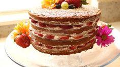 """Se acerca el Día de la Madre y quiero preparar un pastel para celebrar ese día tan especial para muchos de nosotros. Como no soy muy fanática del glaseado, opté por preparar este """"pastel al desnudo"""" o naked cake, como se le conoce en inglés. Su preparación parece más elaborada de lo que realmente es y me encanta el resultado final. No solo sabe bien, sino que también se ve realmente lindo. Espero que te guste tanto como a mí y te animes a prepararlo."""