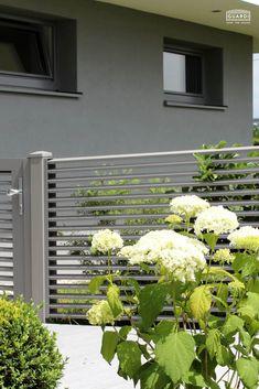 Der kreative Lamellenzaun aus Aluminium. Unser Plissée eignet sich auch hervorragend als Sichtschutz. Er ist auch als Balkonvariante erhältlich und bietet euch schlichtes, aber klares Design zum Bestpreis. Pflegeleichte und langlebige Aluzäune von Guardi. Woodworking, Plants, Design, Fence Ideas, Balcony Ideas, Aluminum Fence, Entry Gates, Mesh Fencing, Garden Fencing