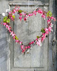 Hart van Dicentra  Vandaag staat in het teken van romantische en lieve gebaren. Dit hart van Dicentra past prachtig bij deze bijzondere dag. De basis van dit hart bestaat uit een hart van een metalen slinger van blaadjes. Daaromheen takjes met bloemen van het gebroken hartje, vastgezet met binddraad.