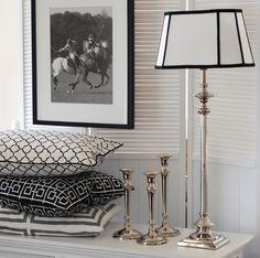Lampfot Montecito i nickel med svartvit lampskärm. Ljusstakar classic, även de i nickel hos Longcoast Living.