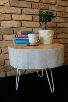 """Bielony stolik kawowy z pnia jesionowego o nieregularnym kształcie z nóżkami """"hairpin""""."""