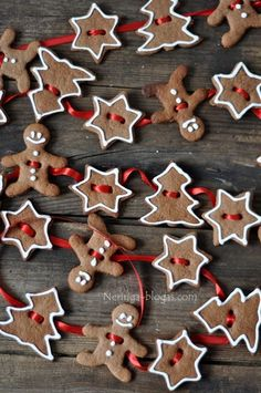 gingerbread cookie garland- website is in another language, pinning so I can do something like this for the kitchen. Thinking cinnamon ornaments and white puffy paint? Christmas Gingerbread, Noel Christmas, Christmas Goodies, Homemade Christmas, Christmas Treats, Christmas Projects, Christmas Baking, Winter Christmas, Gingerbread Cookies
