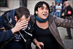 La imagen capturada por el ilustrador y fotógrafo Jordi Borràs en la que puede verse a uno de los heridos en los altercados de Barcelona durante la jornada de huelga general del pasado 29 de marzo ha sido retirada de Facebook pocas horas después de su publicación. Así lo ha denunciado el propio Borràs, quien asegura que colgó la fotografía ayer por la tarde y que esta misma mañana ya había sido borrada tras haberla compartido más de 1.600 personas. #PrisonPlanet