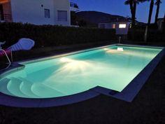 Ein Pool in einer romantischer Nacht beleuchtet. Qualität findet ihr auch auf meinem Youtube Kanal. Lifehacks, Youtube Kanal, Night, Instagram, Outdoor Decor, Home Decor, Photos, Romantic Night, Handy Tips