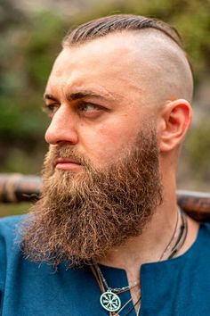 The best ideas for Viking hairstyles are gathered here. Find a short curly mens top knot, a medium undercut hairstyle, intricate Viking braids for long hair and many other stylish haircuts and beards for warriors in our gallery. #menshaircuts #menshairstyles #viking #vikinghaircut #vikinghairstyles #vikinghair Tapered Undercut, Slick Back Undercut, Medium Undercut, Undercut Men, Viking Haircut, Viking Hairstyles, Undercut Hairstyles, Stylish Haircuts, Haircuts For Men
