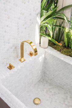 Wake Up in Palm Springs | Casa Decor 2017 La colección Texturas de Hisbalit guía hasta la bañera de esta suite. Piezas brillantes, mates, suaves, colores metalizados, irisados y nacarados conceden el protagonismo a la mezcla de texturas. Decoración sensorial, movimiento. Cada centímetro es diferente, cambia y evoluciona con la luz y el movimiento, se transforma mostrando infinitas caras. Bañera, mosaicos, mosaic, gresite, habitación de diseño