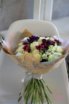 Buchet de flori cu liliac alb si anemone Primavara parfumul de liliac ne gadila simturile in adieri calde vant. In acest buchet, liliacul cu flori albe