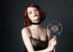 A atriz Emma Stone está se preparando para estrelar o seu primeiro musical na Broadway. O nome da apresentação é Cabaret.