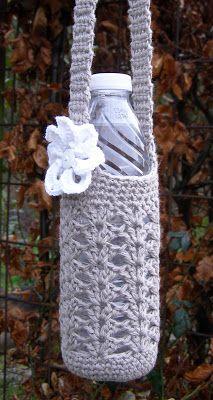 Så blev drengemodellen i de hæklede tasker til vandflasker også færdig, og som lovet kommer der her en DIY på både tasker og pynt. Yngst... Crochet Kitchen, Crochet Home, Diy Crochet, Small Gifts, Crochet Projects, Diy And Crafts, Kids Fashion, Slippers, Knitting