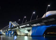 Olas de acero y cemento (1) Finalizado en 2010, el puente de Sheikh Zayed, en Abu Dhabi, es el tercer viaducto que conecta la ciudad con el resto del emirato árabe. Las sinuosas formas onduladas llevan la firma de la arquitecta británica Zaha Hadid, premio Pritzker de arquitectura de 2004. CHRISTIAN RICHTERS