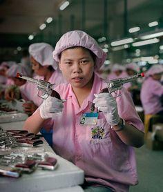 real toy story 38 Les ouvriers chinois photographiés avec les jouets quil fabriquent