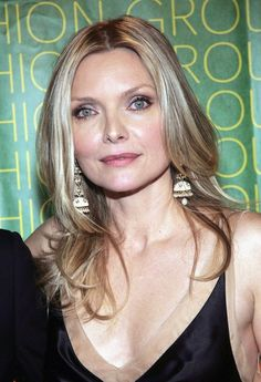 Michelle Pfeiffer Layered Cut - Michelle Pfeiffer wore her hair in a center-parted layered 'do at the Fashion Group International Night of Stars. Michelle Pfeiffer, Persona, Green Eyes Pop, Blond, Long Red Hair, Actrices Hollywood, Layered Cuts, Hollywood Actor, Lookbook