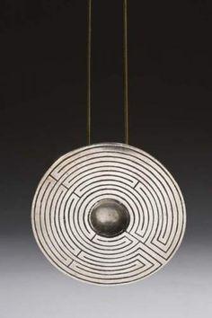 Line VAUTRIN Pendentif en bronze argenté, le revers en bronze doré à décor d'un minotaure. Signé Line Vautrin
