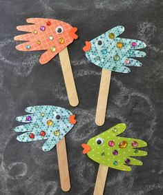 Easy Kids Craft: Handprint Fish Puppets - Stephanie Petty - - Easy Kids Craft: Handprint Fish Puppets These beautiful Handprint Fish Puppets are super easy, really inexpensive and of course, fun for ALL ages! Diy And Crafts Sewing, Crafts For Kids To Make, Easy Crafts For Kids, Summer Crafts, Crafts To Sell, Fun Crafts, Art For Kids, Arts And Crafts, Children Crafts