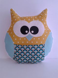 Coussin hibou ton jaune/bleu Owl About Me, Sewing Projects, Projects To Try, Owl Pillow, Owl Crafts, Sewing For Kids, Softies, Baby Toys, Throw Pillows
