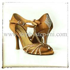 Sandalo in raso carne scuro decorato con strass aurora boreale #stepbystep #sandali #sandal #danceshoes #scarpedaballo #strass #rhinestones #salsa #bachata
