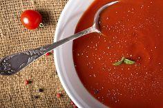 De soep die de soepen-top-10 aanvoert – de tomatensoep- komt verbazingwekkend vaak uit blik of uit een pakje. Dat is natuurlijk wel heel gemakkelijk, maar zelf tomatensoep maken van verse tomaten is ook niet moeilijk. Probeer het eens, vooral nu het aanbod van verse tomaten op zijn hoogtepunt is. Deze klassieke tomatensoep is heerlijk zacht en romig.