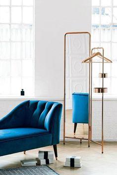 Alana Kleiderständer mit Spiegel in Kupfer. Der Spiegel lässt sich etwas nach vorne und hinten kippen, damit du alles an dir sehen kannst. Beautyprodukte oder Schmuck kannst du in den runden Ablagen verstauen. Perfekt für dein Schlafzimmer!