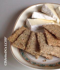 Chiakiks eller chiaknækbrød, that's the question. Hovedsagen er, at den sesammel, de er bagt med, ikke smager igennem. Affedtet sesammel er en del billigere end affedtet mandelmel, så her er der mulighed for at strække de dyre lowcarb meltyper lidt. Livsstilen kan, hvis man bruger mange specialprodukter, nemlig godt blive en lidt bekostelig affære. Opskriften på kiksene finder du på CDJetteDCs LCHF