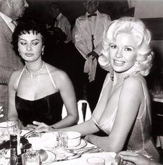 """Sopfia Lorenの視線は何を語っているか「""""大ききゃいいってもんじゃないわよ!!"""")右はジェーン・マンスフィールド。"""