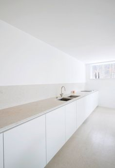 House O by Philipp Mainzer Long kitchen counter with matching material with the backsplash and the floor. Project 'House O' in Kronberg designed by Philipp Mainzer. Photographed by Ingmar Kurth. Minimal Kitchen, Long Kitchen, Modern Kitchen Design, New Kitchen, Cheap Kitchen, Eclectic Kitchen, Kitchen Sinks, Kitchen Layout, Kitchen Dining