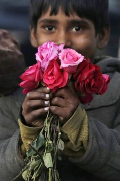 fotojournalismus:A boy sells roses for St Valentine's Day in Lahore, Pakistan on February 14, 2015. (Rahat Dar/EPA)