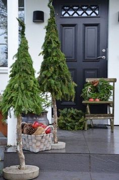 The garden is also visible! The most beautiful Christmas decoration for outdoors - Weihnachten - Noel Christmas Planters, Small Christmas Trees, Christmas Porch, Rustic Christmas, Christmas Projects, Winter Christmas, Handmade Christmas, Christmas Ideas, Winter Porch
