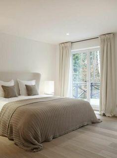 chambre a coucher avec un lit moderne de couleur taupe, aménagement taupe, rideaux longs taupes