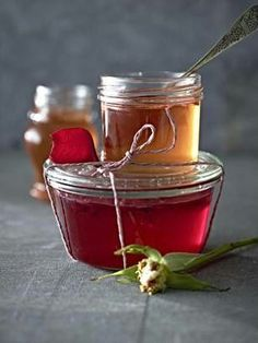 Our popular recipe for rose jelly and more than more free recipes on LECKER. Chutneys, Healthy Eating Tips, Healthy Nutrition, Nutrition Plans, Jam And Jelly, Vegetable Drinks, Kitchen Gifts, Vegan Sweets, Sweet And Spicy
