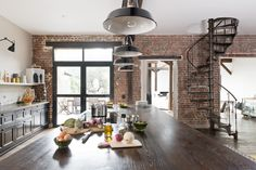 Peinture plafond Ripolin et briques au mur pour un style cuisine atelier.