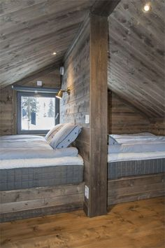A chalet in the mountains in Sweden - PLANETE DECO a homes world de decoracion del hogar sala de estar con un presupuesto Bunk Rooms, Attic Bedrooms, Bedroom Loft, Bedroom Curtains, 1980s Bedroom, Loft Beds, Rustic Curtains, Curtains Living, Jungle Bedroom