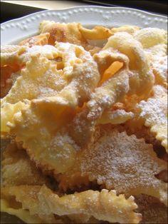 Le chiacchiere - In Cucina con Me Italian Desserts, Mini Desserts, No Bake Desserts, Italian Recipes, Beignets, Almond Paste Cookies, Italian Lemon Cookies, Best Food Ever, Crack Crackers