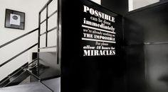 Lo posible puede estar hecho inmediatamente. Estamos trabajando en lo imposible. Pero por favor para milagros denos al menos 48 horas