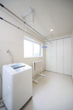 水回りのそばに配置したユーティリティー。洗濯機からすぐに洗濯物が干せるほか、収納棚にいろいろな物がしまっておけ、毎日の家事がはかどる。