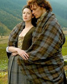 Outlander 2014 TV Series Photo: Outlander Season 1 Claire and Jamie Fraser Official Picture Outlander Claire, Outlander Season 1, Sam Heughan Outlander, Outlander Tv, Outlander Series, Outlander Characters, Gabaldon Outlander, Outlander Knitting, Claire Fraser