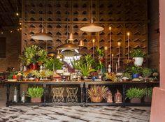 Mesa de doces rústica para casamento industrial moderno na fazenda feito pela Tais Puntel. Detalhes em cobre.Foto: Douglas Daniel Fotografia